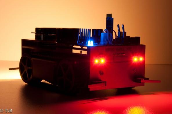 Robot in het donker achteraanzicht